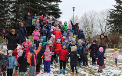 """""""Nykštuko"""" vaikučiai sveikina Lietuvą skambindami varpeliais."""